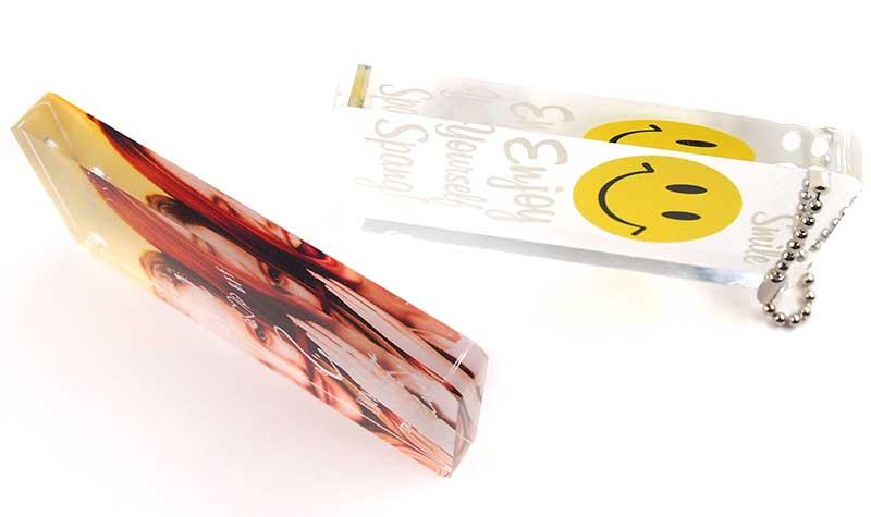立体感のある分厚いアクリル板を使用